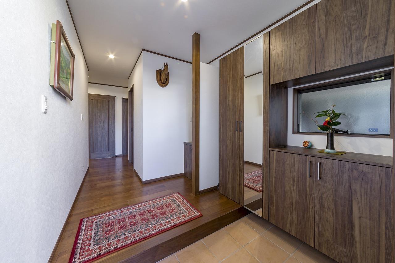 増築して玄関を設置。一間を超える広さの玄関には手洗いも設けました。
