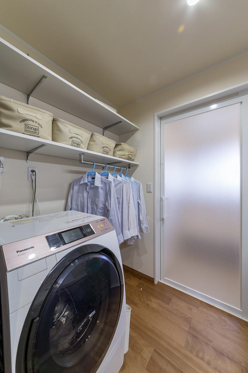 浴室暖房付きの浴室でヒートショック対策も万全な洗面脱衣室。