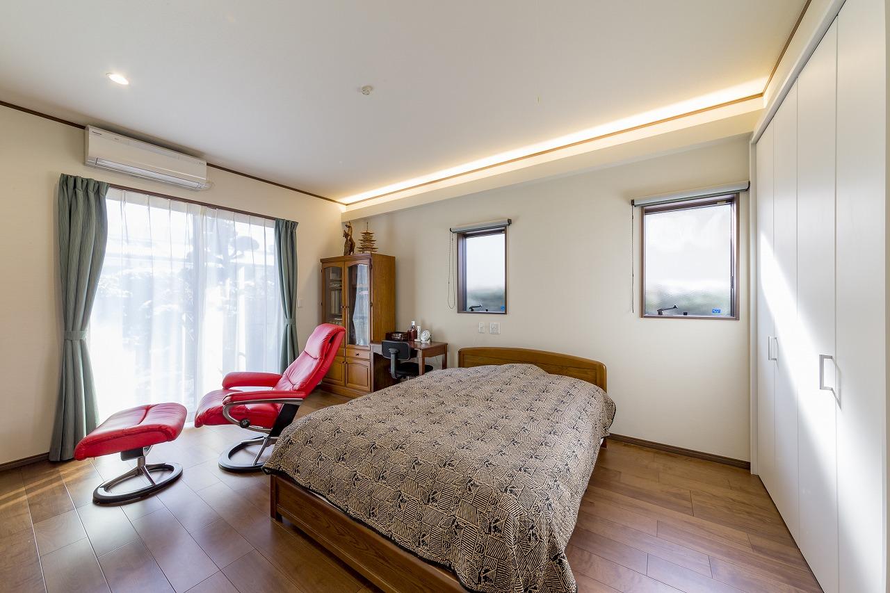 応接間だった洋室を寝室にリフォーム。窓からは庭が眺められます。