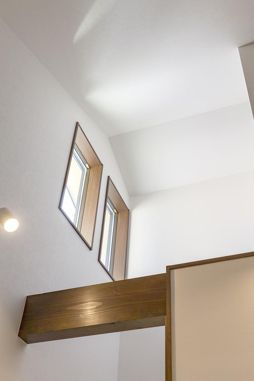 吹き抜けには採光用の高窓を設け、明るさを確保しました。