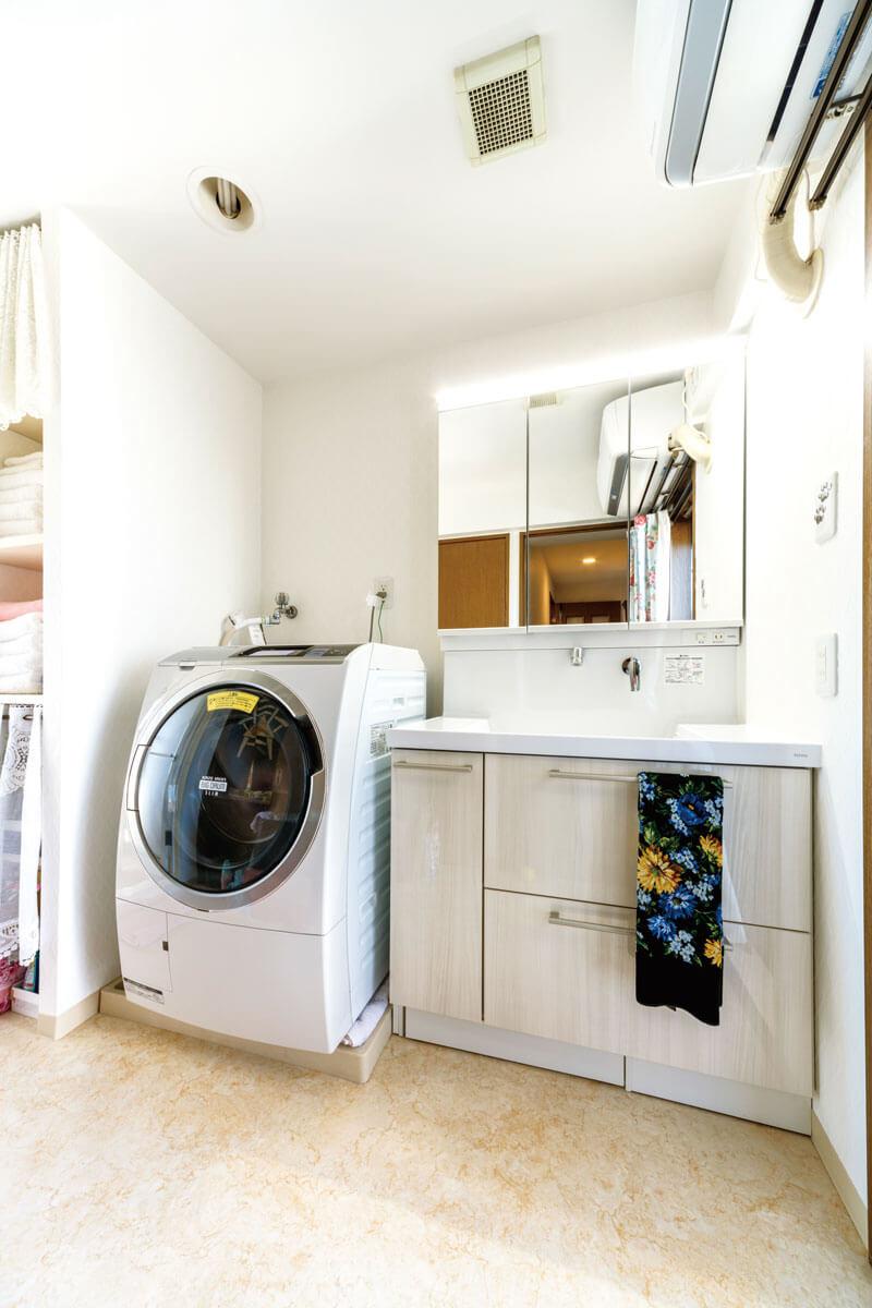 3面鏡タイプに交換。洗面化粧台と床との間に、体重計がすっぽり収まる工夫もされています。