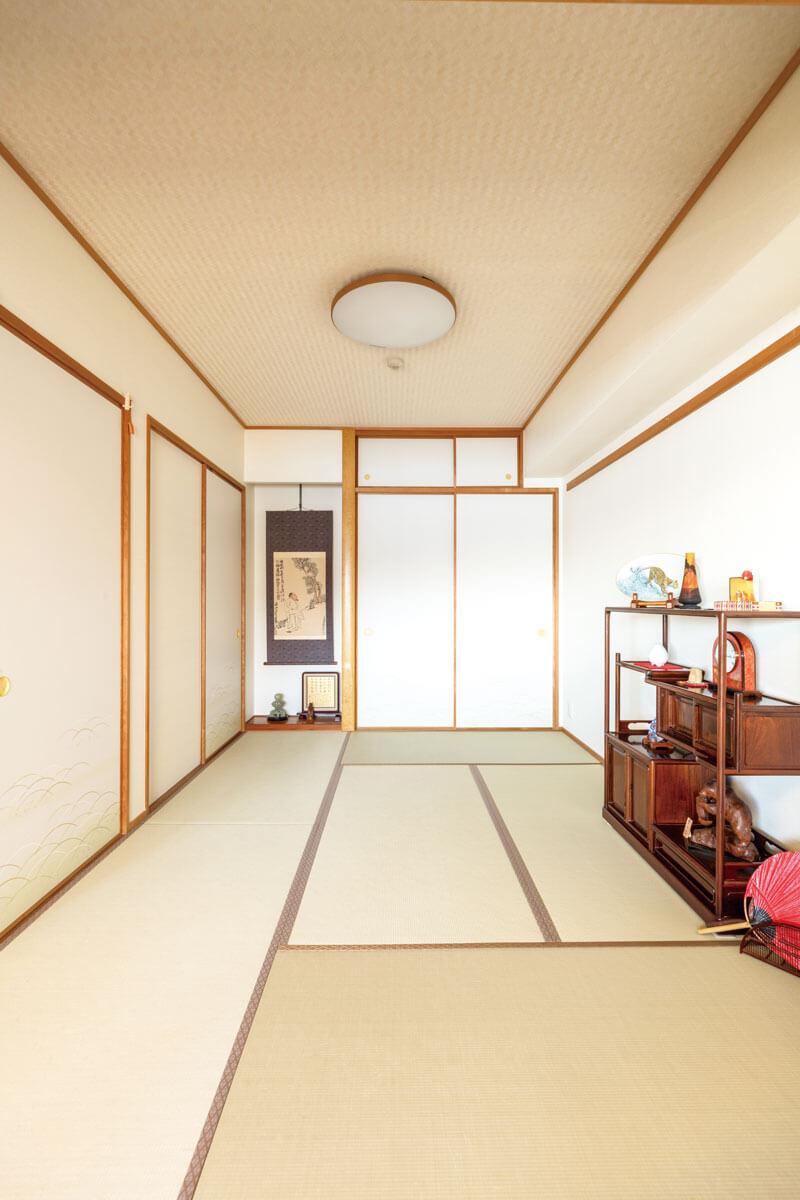 襖、天井、壁を貼り替えた和室。壁と天井のクロスは、和紙風を選択して落ち着いた印象になりました。