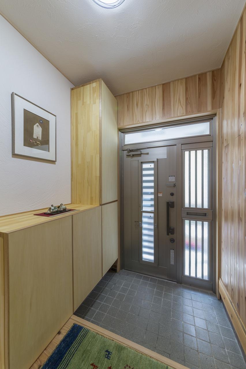 玄関周りの床と壁も杉で統一。玄関は光冷暖対応にしていないため、断熱ガラスで寒さ対策。