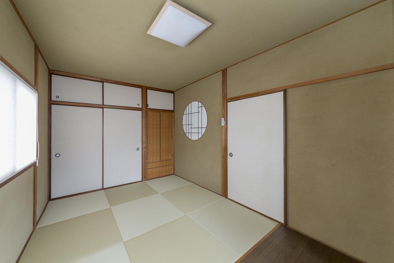 2階の和室は畳を張り替え、壁と天井を光冷暖対応に。丸窓障子風の壁は左官さんのセンスで施されました。