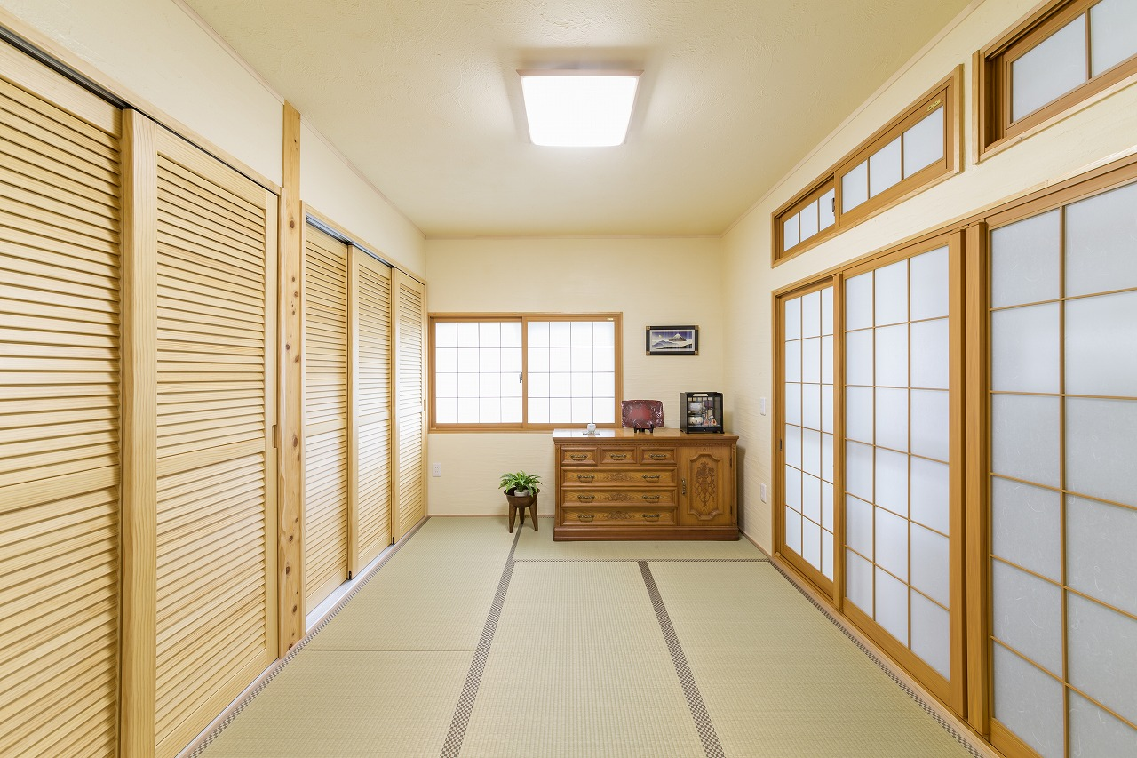 寝室でもある和室は明るく一新。床の間まで押入れにつくり変え、大きな壁面収納に。
