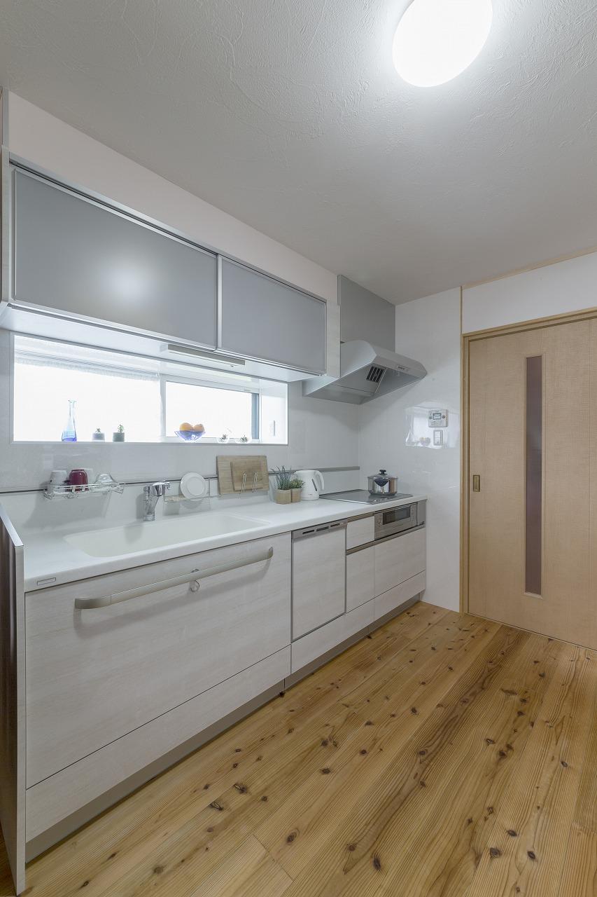 窓の上下の面積を減らし、吊戸棚の使いやすさを向上させています。