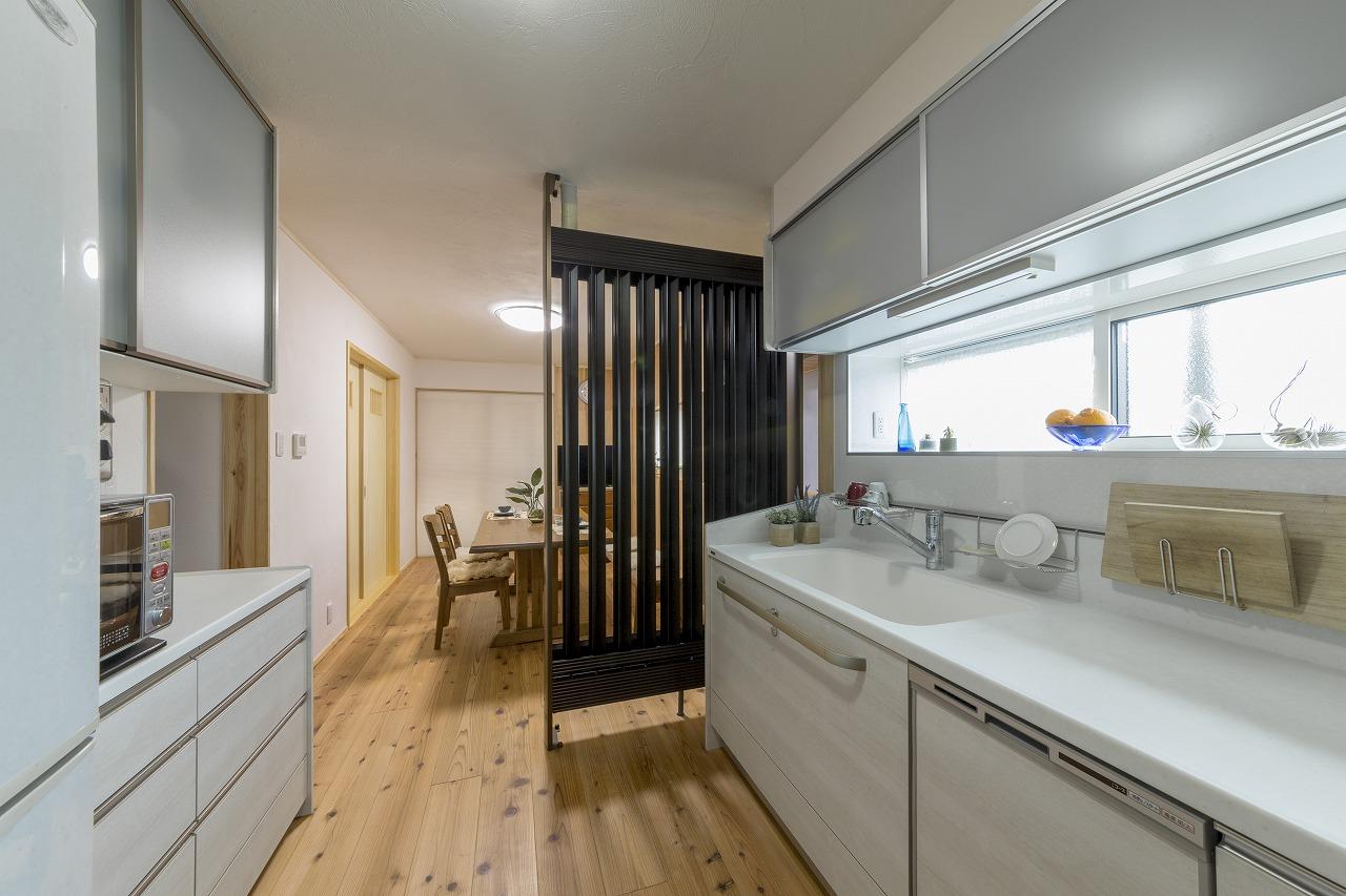 足元が寒かったキッチンも、光冷暖により快適に。壁もなくなり、見通しもよくなりました。