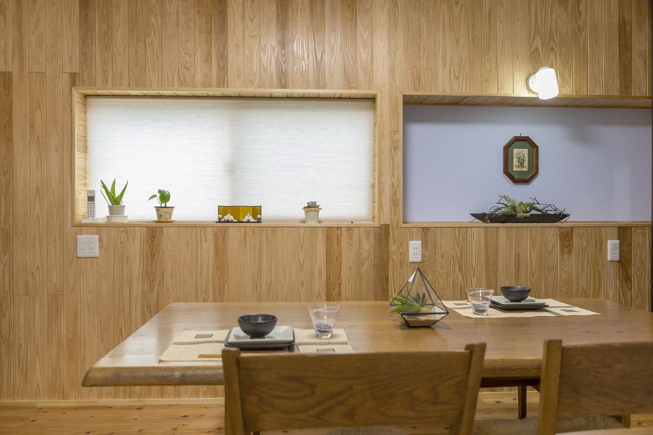 あまり開けることのなかった右の窓を飾り棚に。左の窓は西陽対策にハニカムスクリーンを設置。