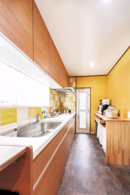 15cm角の大型タイルが明るい印象のキッチン。床は丈夫な業務用タイルを採用。