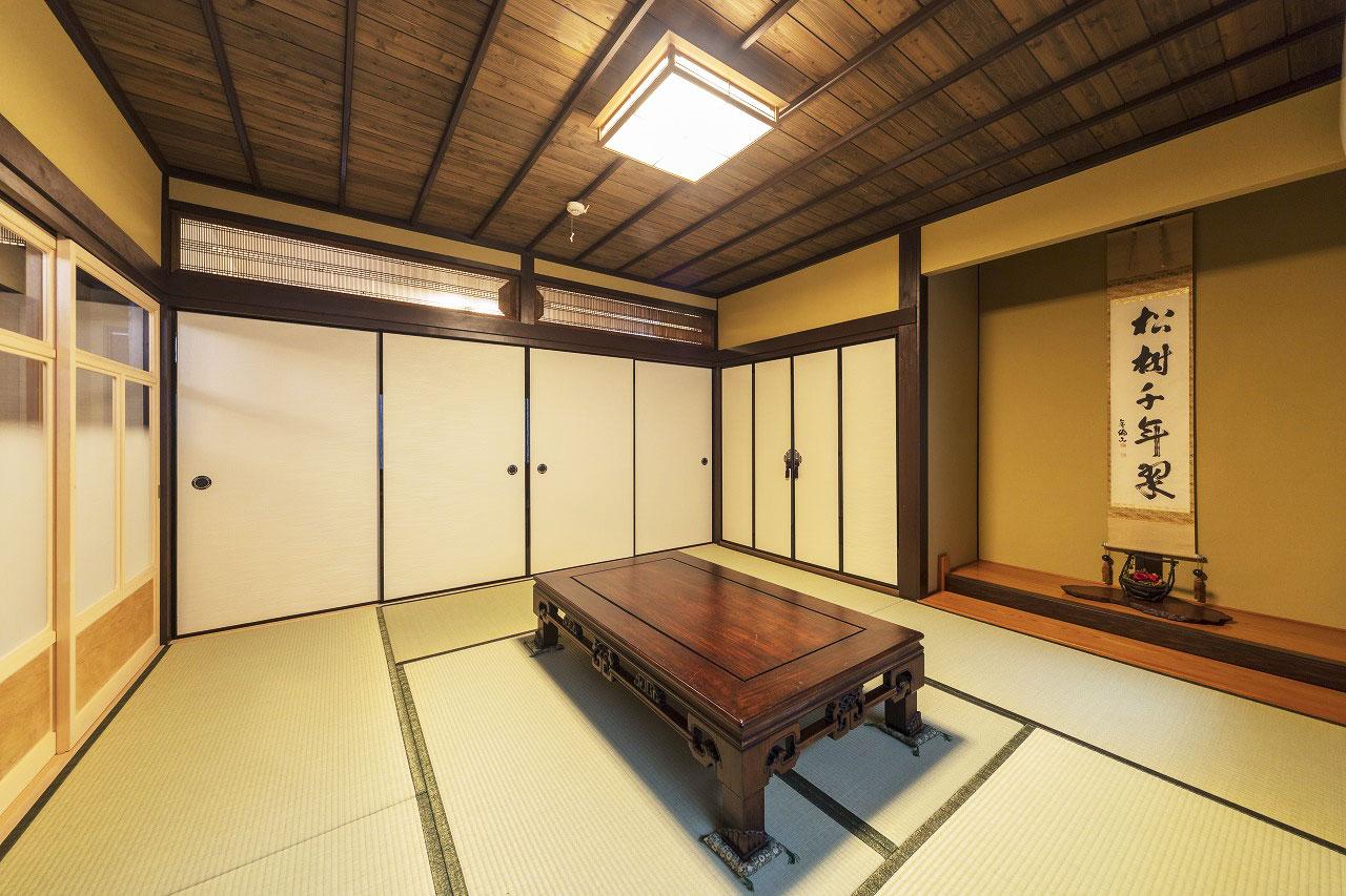 仏壇用に残した和室。できるだけ以前のものを活かして、欄間は移設して再利用。