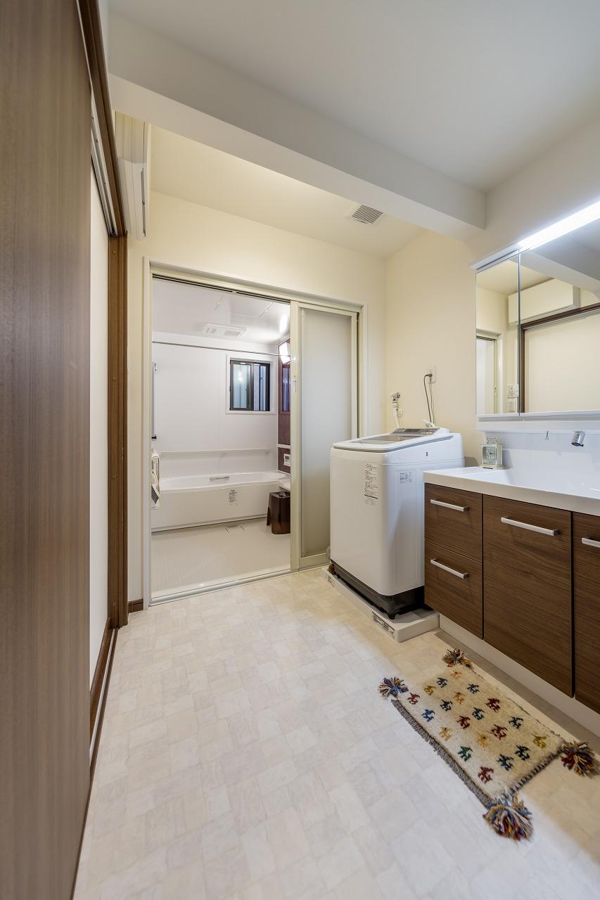 .浴室の引き戸は広く開けることができ、将来、介助が必要になった際に使いやすくしています。