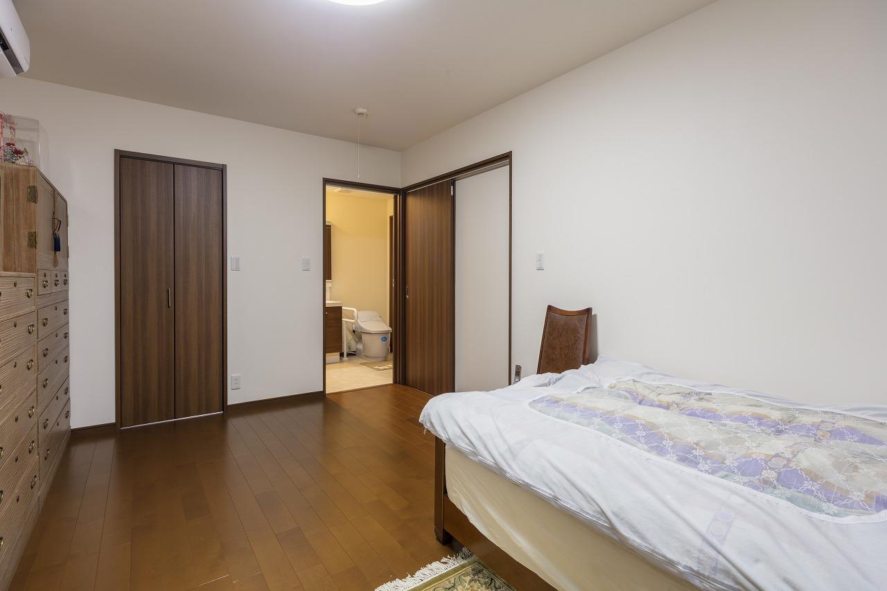 お母さまの部屋に隣接するトイレは廊下側からも入ることができます。洗面ボウルの代わりに洗面化粧台を。