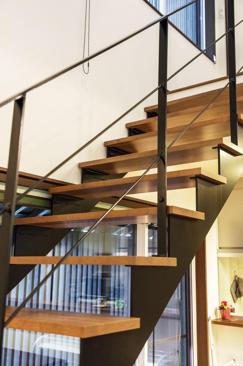 蹴込みのないスケルトン階段が、開放的な空間に風景としてなじんでいます。