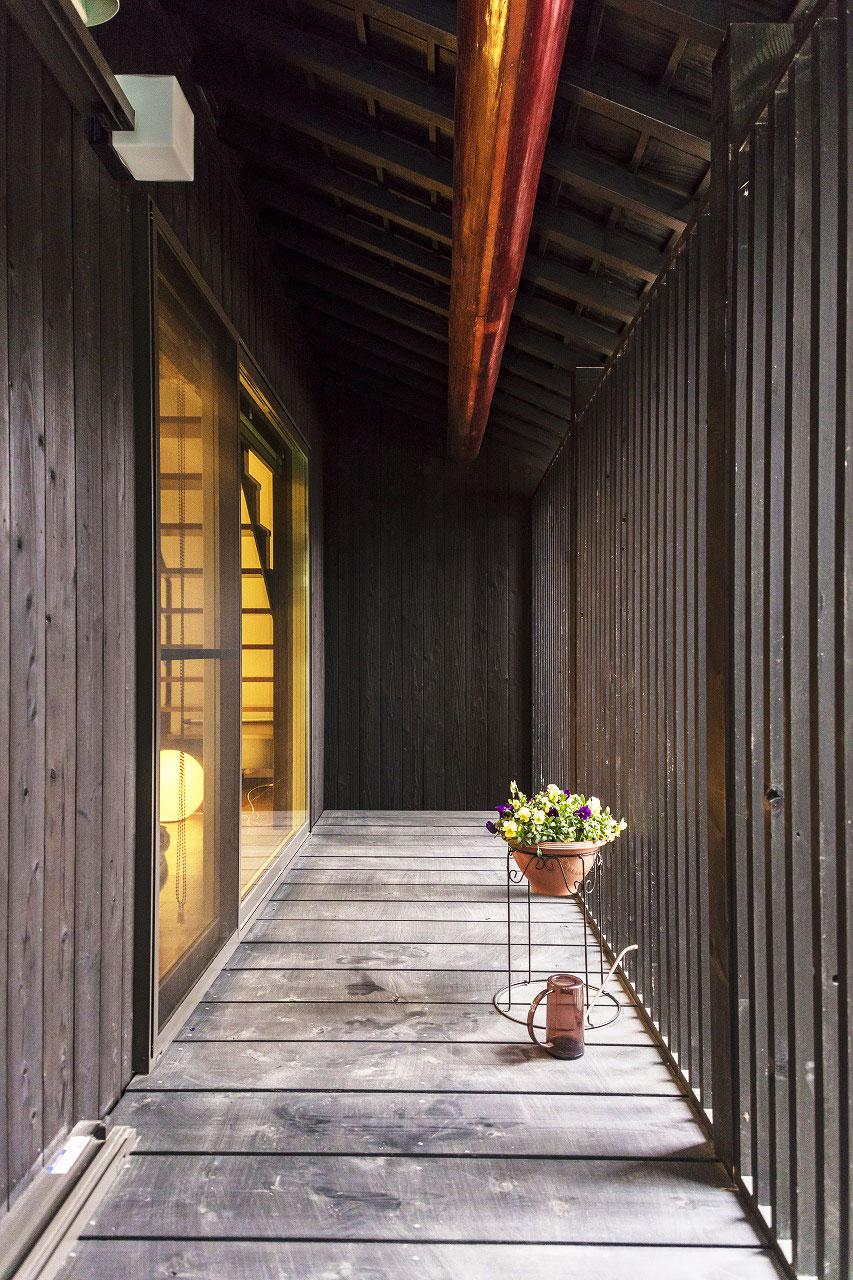 園庭側に設けたウッドデッキ。格子で園庭からの視界を遮り、風と光を通します。