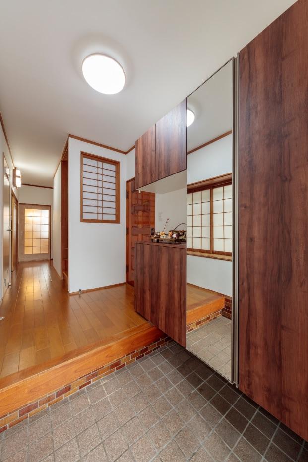 聚楽壁の土があちこちに落ちていた玄関は、白いクロスに貼り替え。収納もサイズアップして使いやすく。