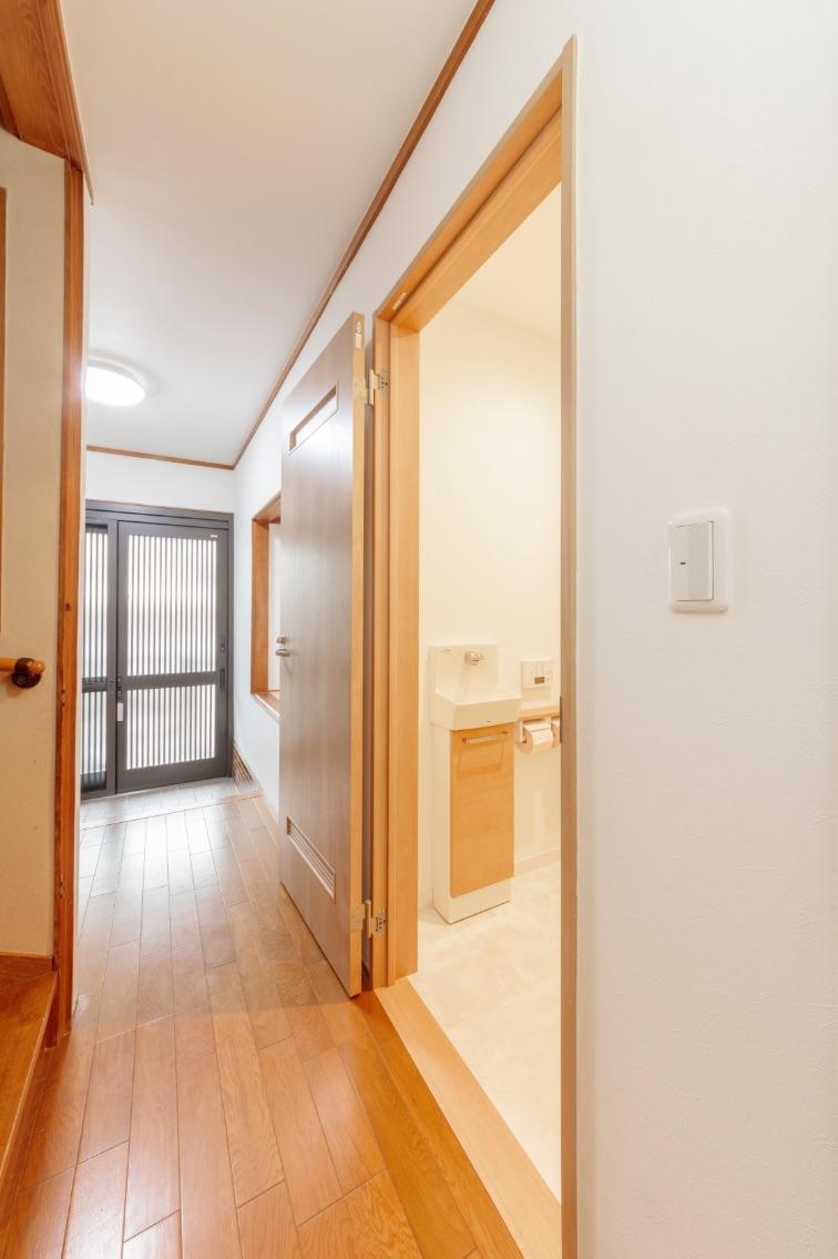 トイレの開口部は車椅子でも入れるよう、180度開いて固定できるものに。