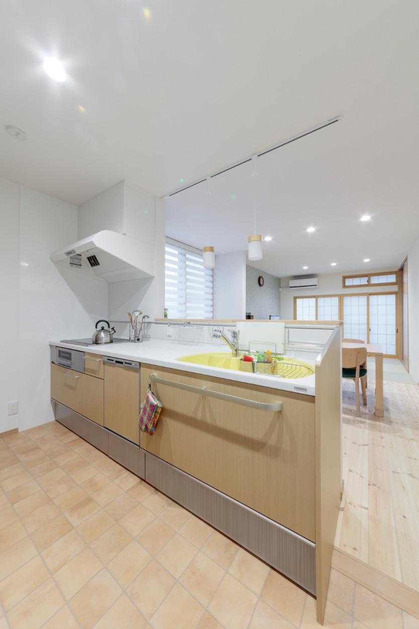 キッチンに立つことが楽しくなりそうな、黄色いシンク。