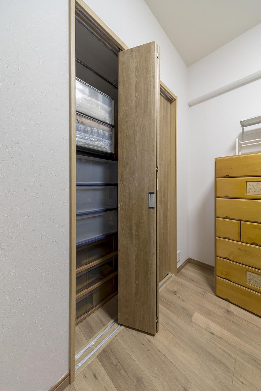 コープハウジングの提案で採用した洋室1の収納扉。引き戸としても、大きく開く折れ戸としても使える優れもの。