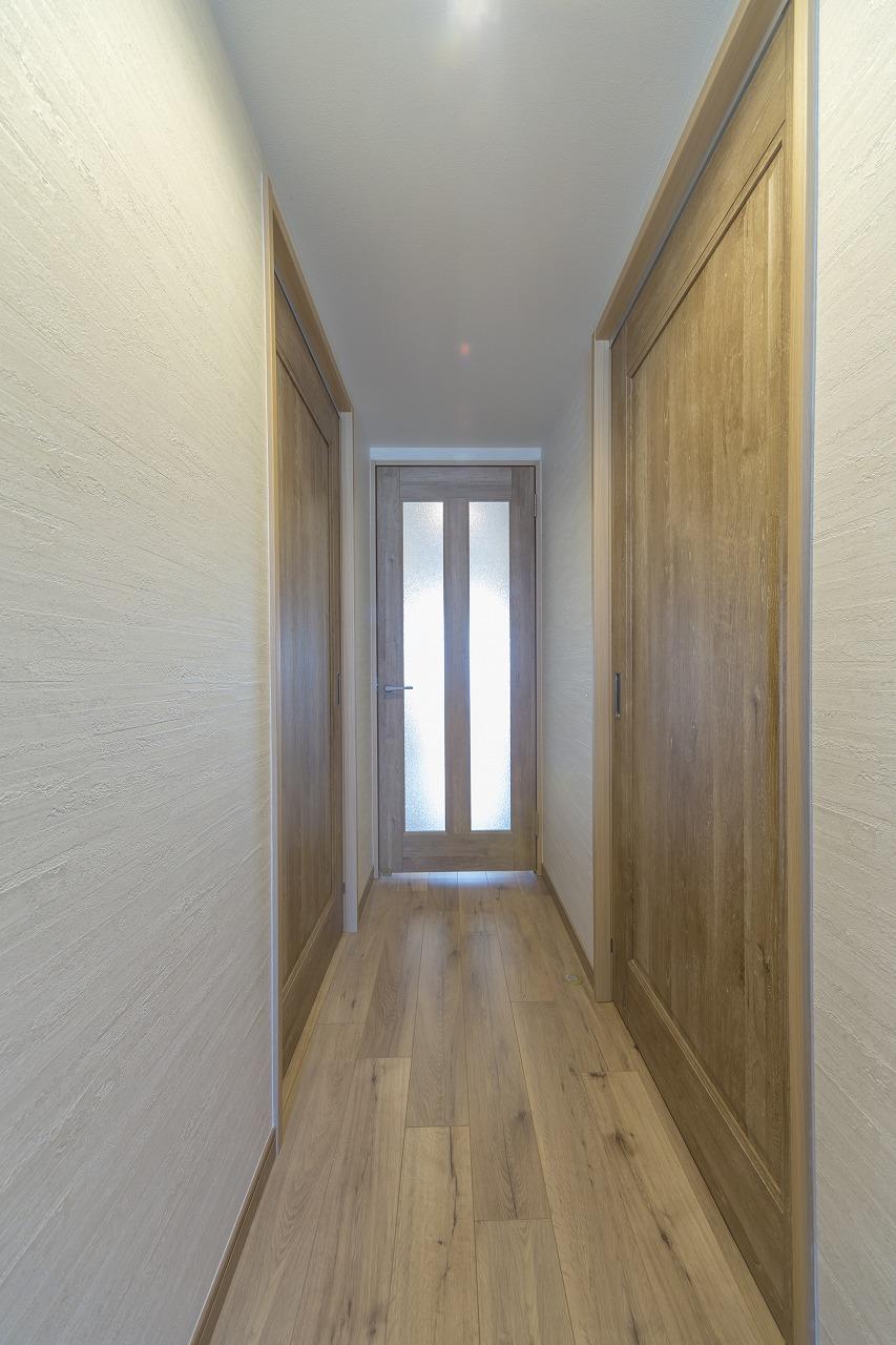 洋室の扉は床材のイメージに合うものに統一。廊下両側の壁は、手すりが取りつけられるように補強しています。