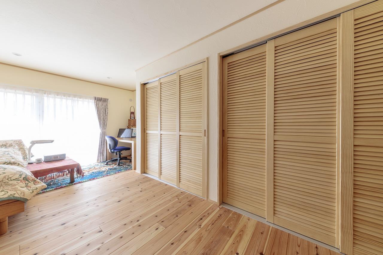 使わなかった和室を洋室にして床の間と仏間だった場所を収納に変更しました。