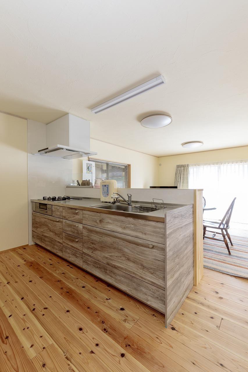 部屋に馴染む木目調のキッチンはクリナップのステディア。レンジフードは便利な自動洗浄つき。