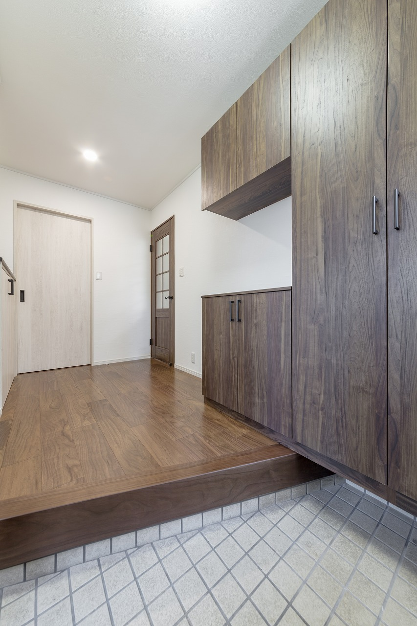 大型収納を備えた玄関は以前よりも広く。正面にはクローゼットを設けました。