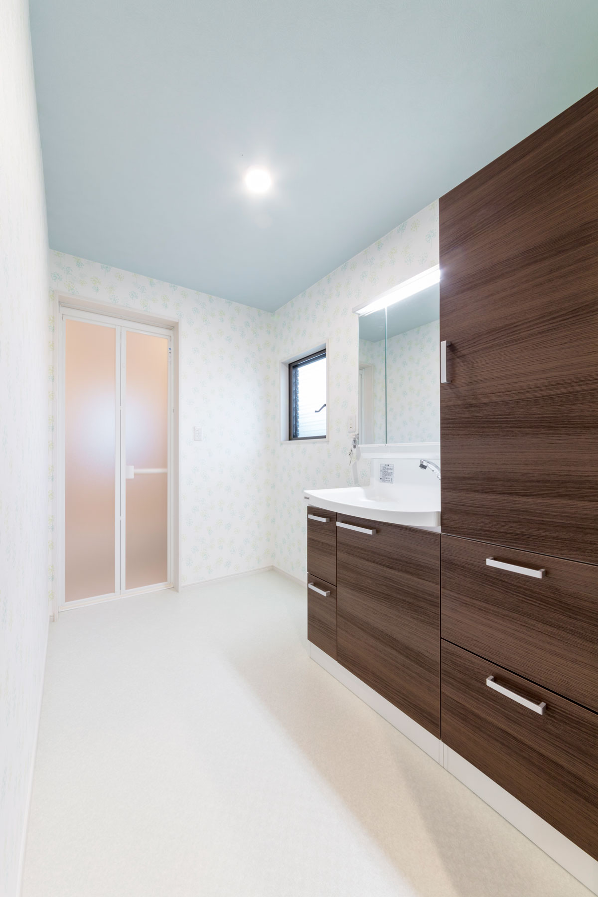 朝の支度がしやすく収納量も豊富な洗面室(廿日市市)