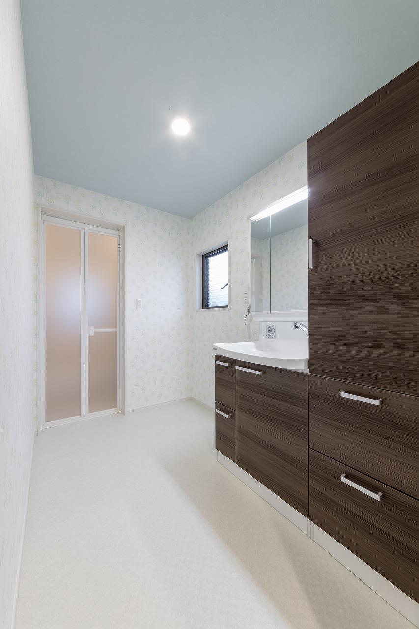 大きめの洗面台は収納量抜群で家族全員の着替えやタオルが入ります。