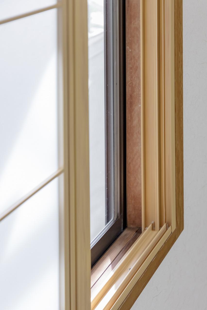 和室の窓は既存の窓は残し、防寒対策として内窓を設置しました。