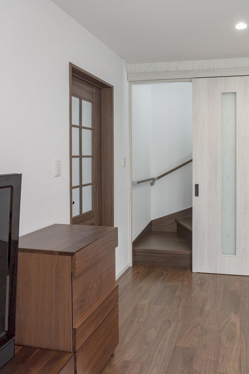 リビングに面した階段は、エアコンの効きを良くするため引き戸を取りつけました。