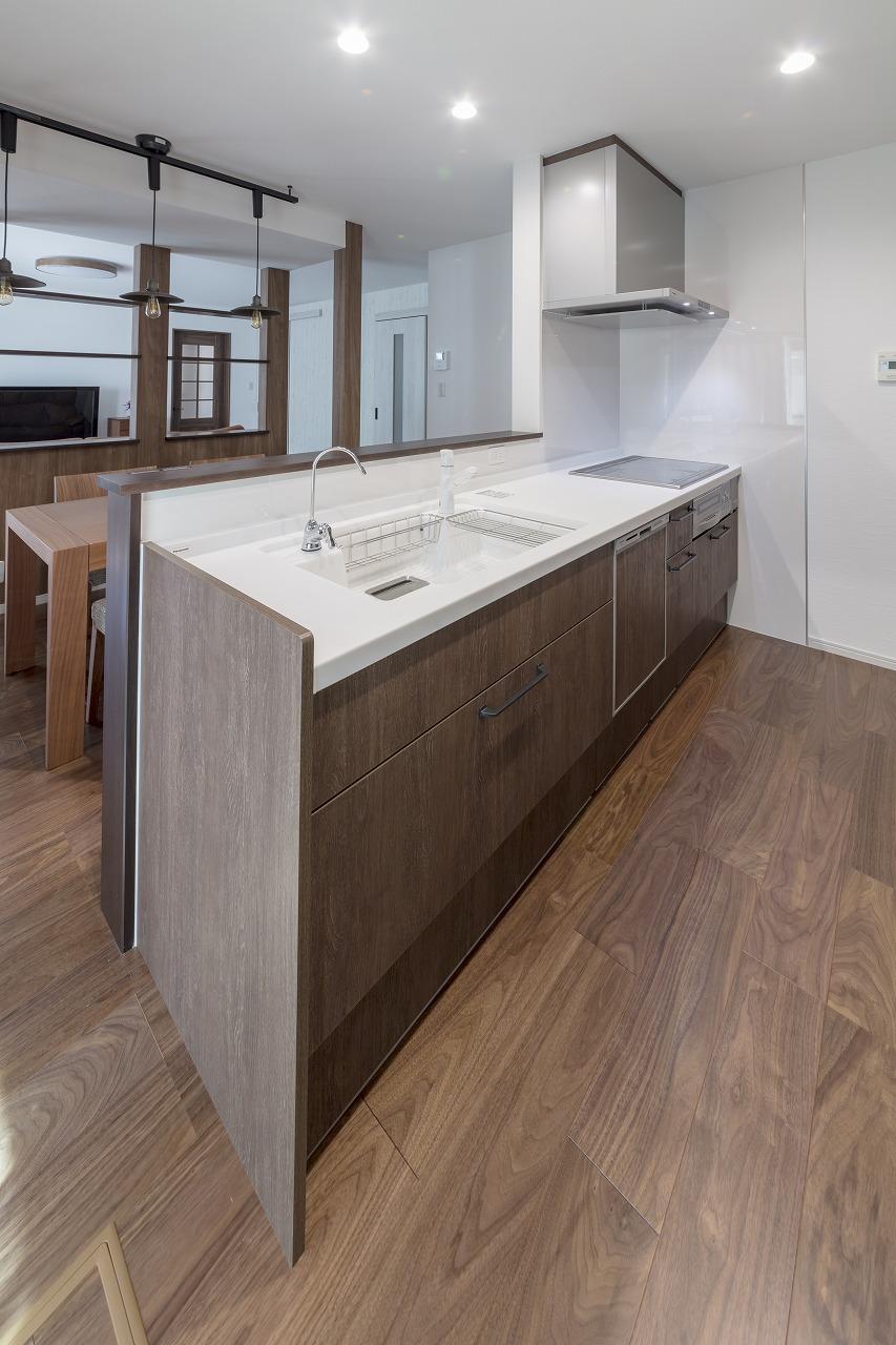 壁に囲まれていたキッチンはオープンな対面式に。キッチンはパナソニックのラクシーナ。