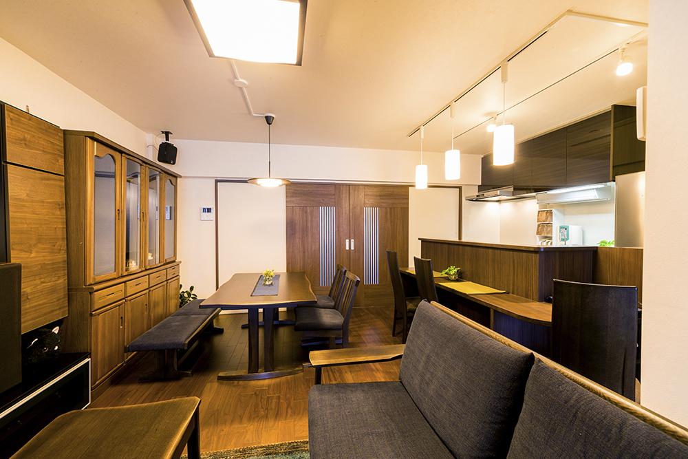 落ち着きのあるLDK。扉は両側からぴったり中央で閉じる、職人の技術光る造作品。