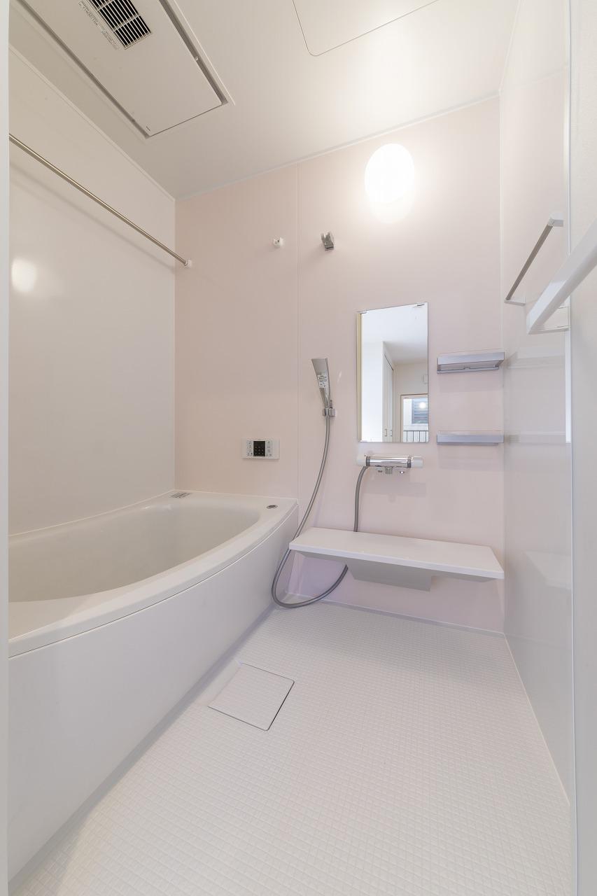 2階ゲストルームには、ゲストが気兼ねなく使えるバスルームが。