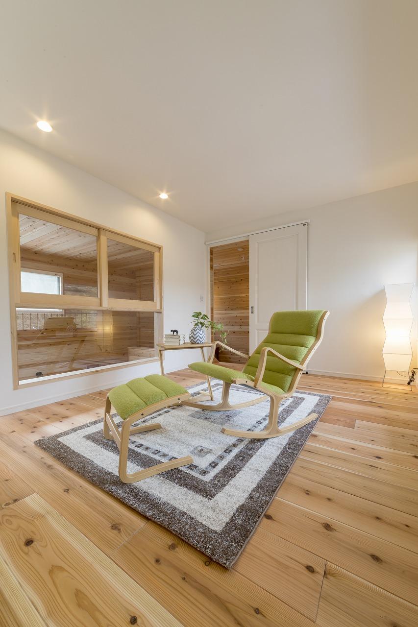 2階ゲストルームは杉材のフローリングでくつろげる部屋に。