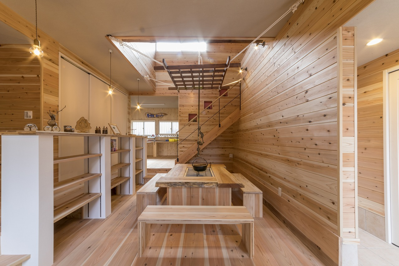 部屋の中心には囲炉裏を配置。かまちは幅広のケヤキの天板で造作。