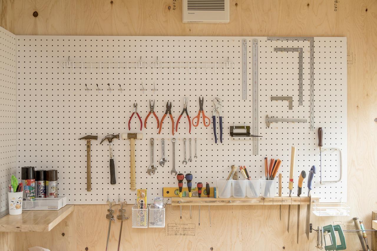 壁にボードを設置して、道具を使いやすく収納。