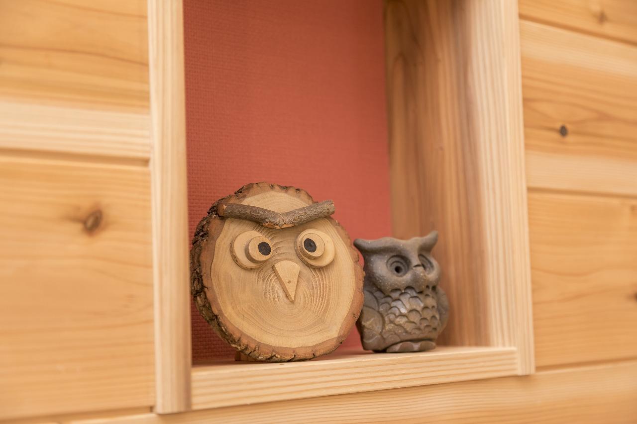 階段に設けられたニッチには木工品などを飾ることができます。