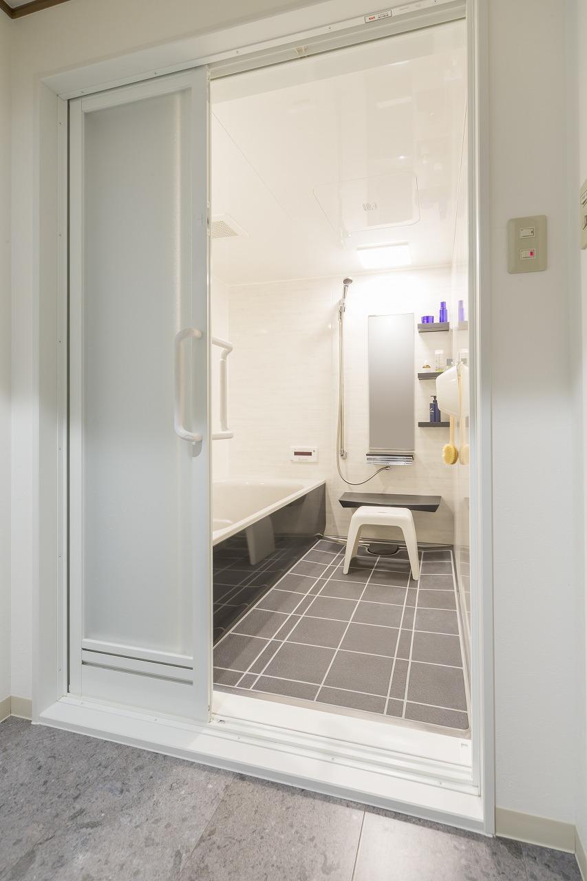 洗面室と浴室の床色を合わせ、浴室のトビラは引き戸にして入浴時の安全性を高めました。