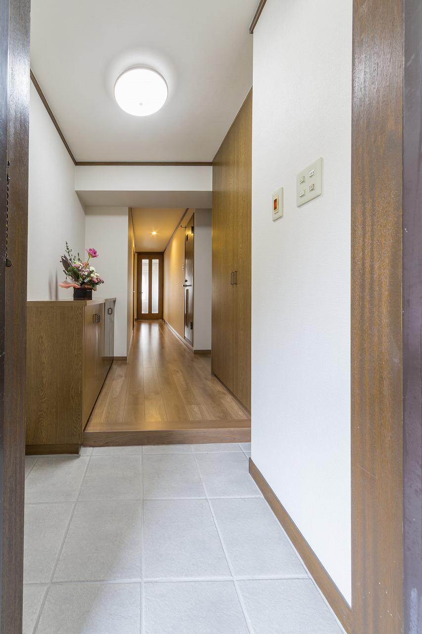 スペースはそのままですが、玄関タイルと廊下の床板を一新したことで広がりを感じられる玄関に。