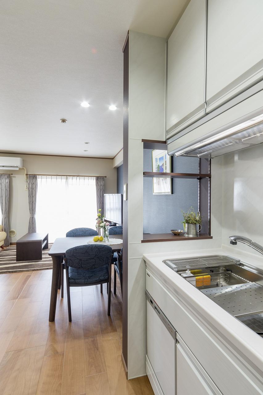 独立していたキッチンはシンク横の仕切り壁をオープンにしてリビングとつながりができました。