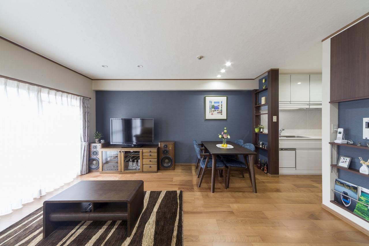 インテリアコーディネーターのアドバイスを受けながら、壁の色に合わせて「デジマストック」にて家具を一新。