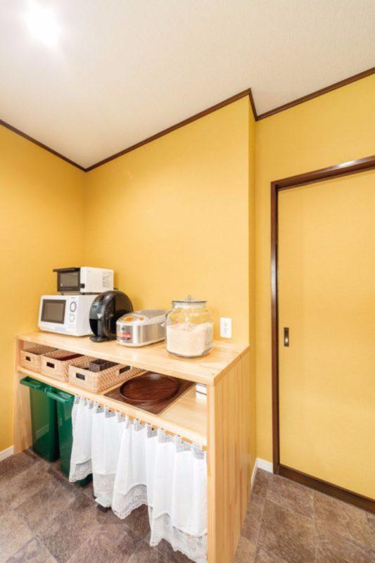 以前の収納は天井まであり狭く感じていたそう。家電を並べられる腰高のカウンターを造作しました。