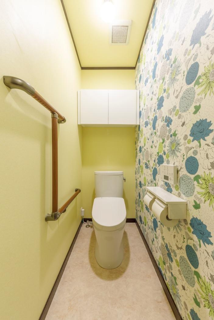 トイレのクロスは、気分がパッと華やぐ、マリア・テレジア・イエローを採用。