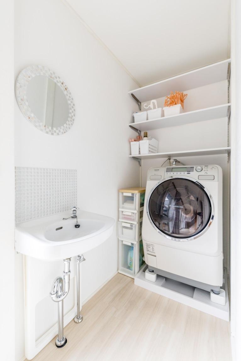 置く場所に困っていた洗濯機。水道を引いて防水パンを置いて縁側の奥に設置するという提案で解決。