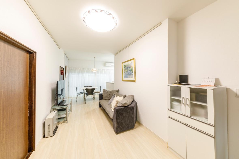 白をベースに統一したリビング。床は板の上にフローリング調の塩ビタイルを追い貼り。