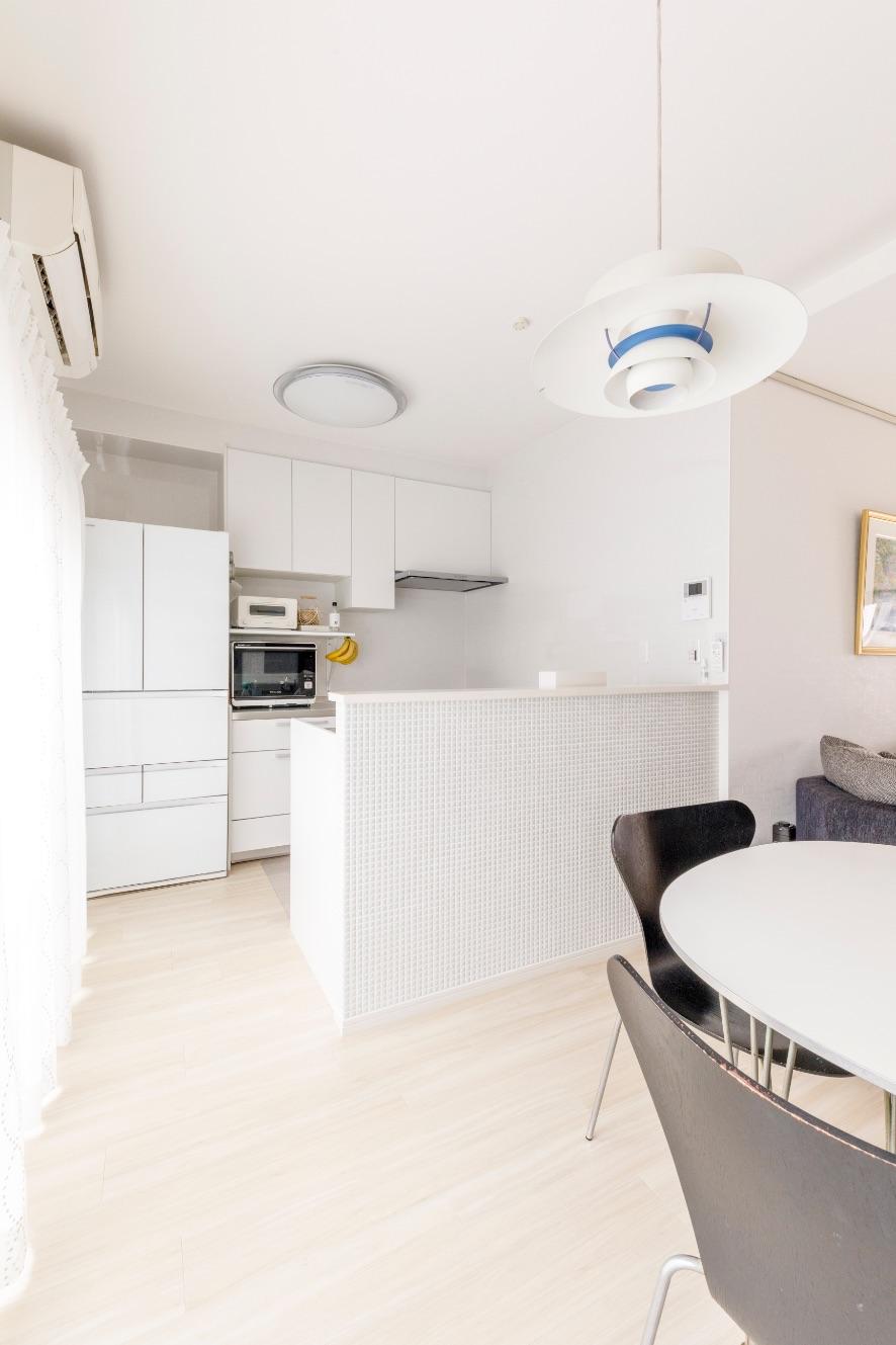 スペースが限られたキッチンは、L字型からII型に変更。家電もインテリアに合わせて白で統一。