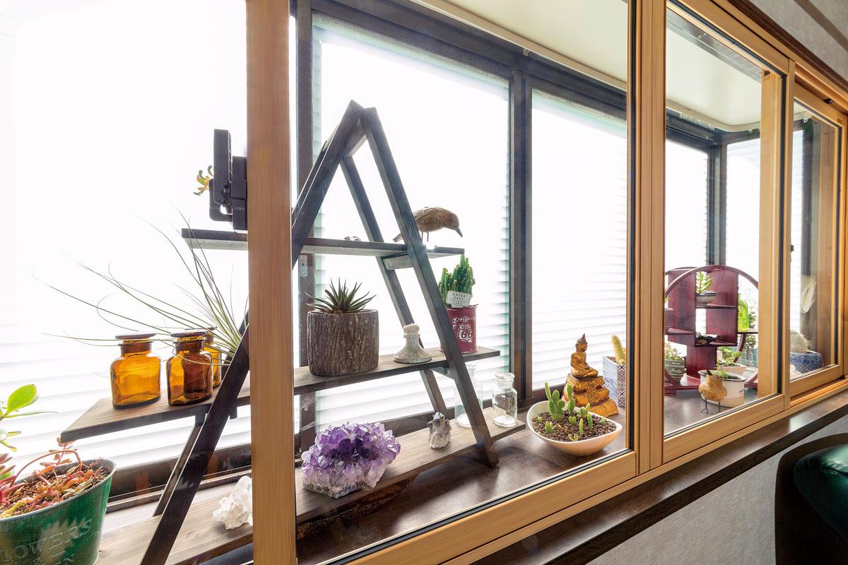 出窓に内窓をつけて断熱効果をUP。多肉植物や雑貨をディスプレイできるコーナーとしても活躍。