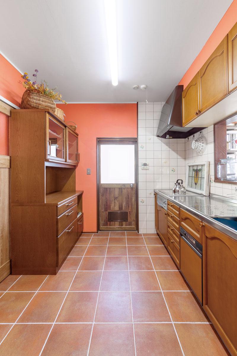 壁をテラコッタ色に塗装し、床はタイルを貼ってガラリと雰囲気を変えたキッチン。