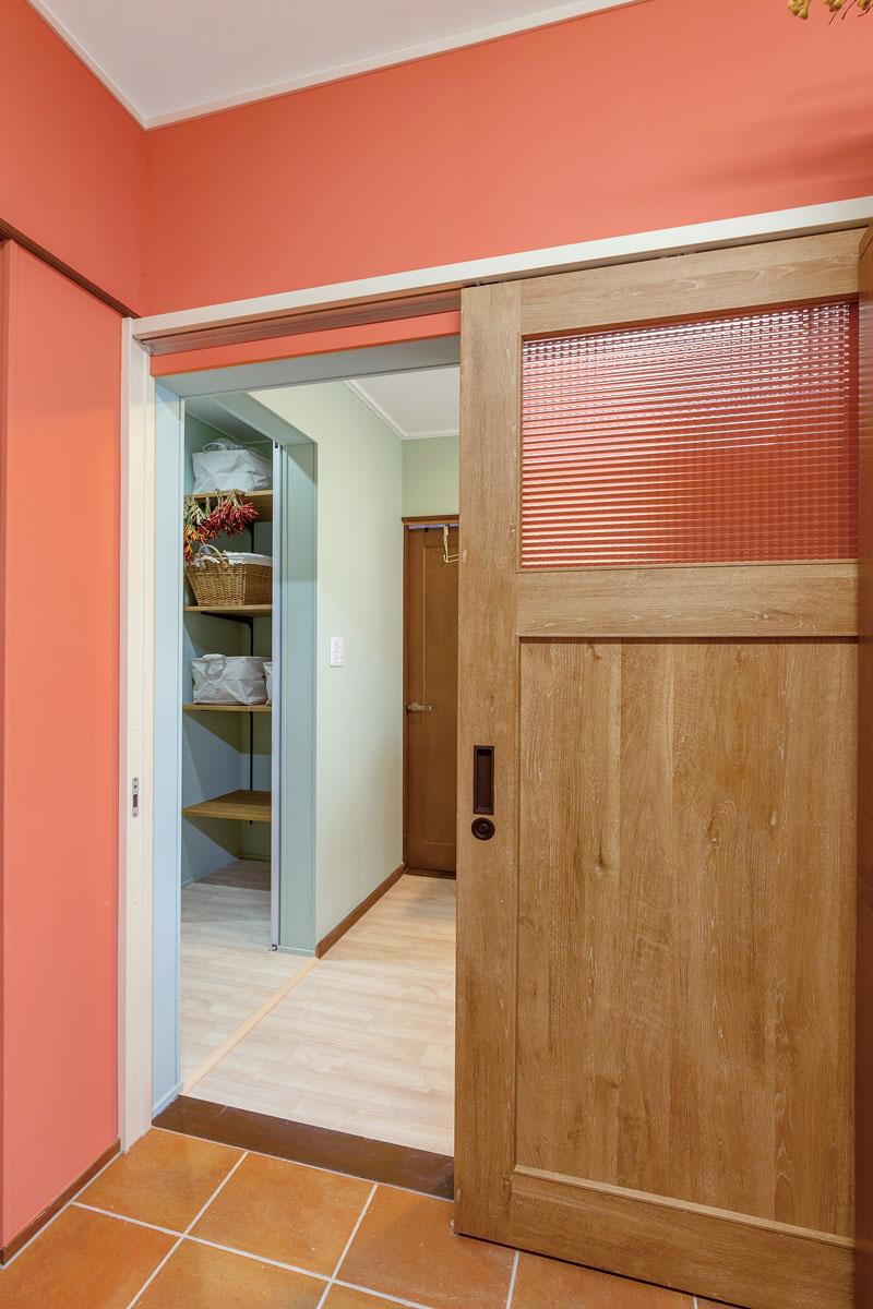 キッチンの引き戸を開けてすぐの位置に大型のパントリーがあります。