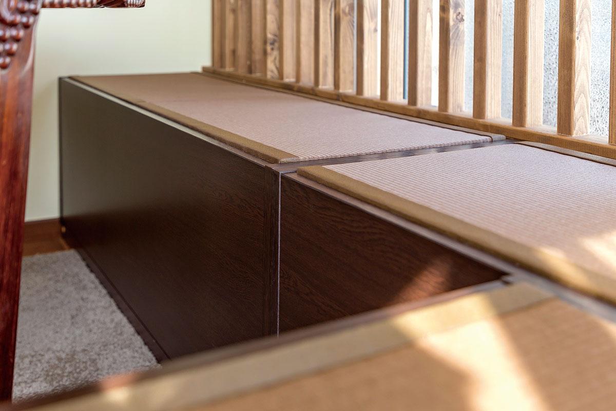 座面の畳を上げると中は容量たっぷりの収納になっています。